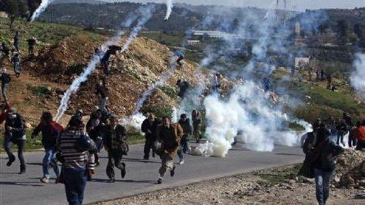 اصابات بالاختناق واندلاع حرائق جراء قمع الاحتلال مسيرة نعلين