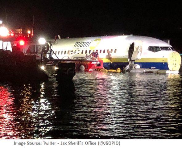 """طائرة بوينغ تقل 136 راكبا """"تنزلق"""" في نهر بفلوريدا الأمريكية"""