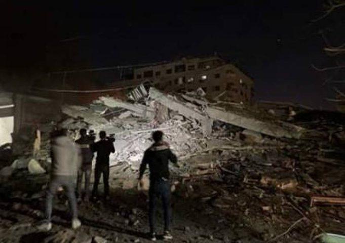 طائرات الاحتلال تدمر عمارة سكنية في مدينة غزة