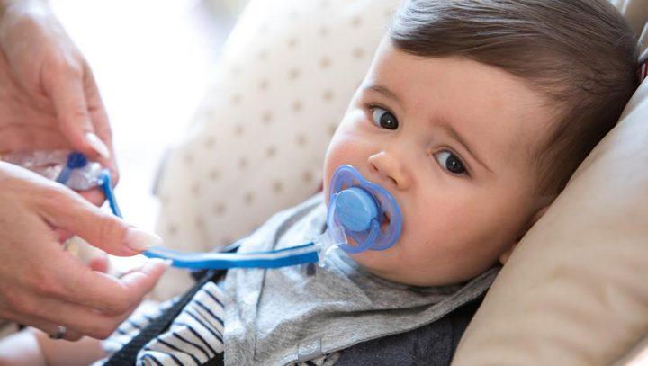 اللهاية تهدد طفلك بالتهاب الأذن الوسطى