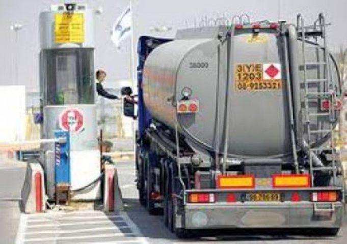 للتغطية على جرائمه .. الاحتلال يدخل الوقود إلى غزة