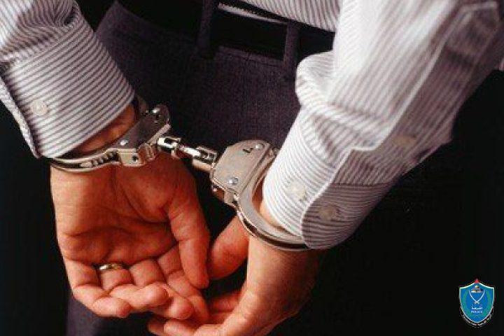 الشرطة تقبض على شخص فار من وجه العدالة