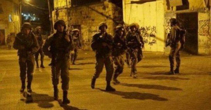 اعتقال (14) مواطنًا بالضفة الغربية