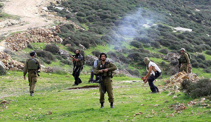 مستوطنون يجرفون أراضي جنوب نابلس لشق طريق استيطانية