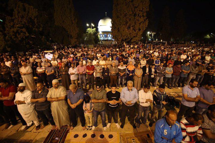 """آلاف المواطنين يؤدون """"العشاء"""" و""""التراويح"""" في رحاب المسجد الأقصى"""