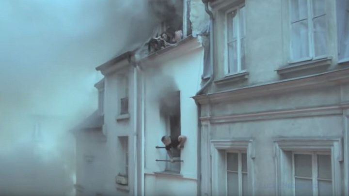 رغم التحذيرات.. عامل يعرض نفسه للخطر وينقذ سكان مبنى يحترق!
