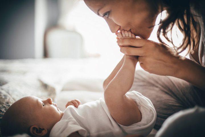 8 نصائح تساعد الأم على التعامل مع طفلها الأول