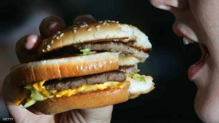 دراسة تفسر علاقة الأطعمة الغنية بالدهون بالاكتئاب