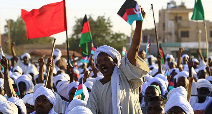 متظاهرون سودانيون يغلقون شارع النيل المقابل للقصر الجمهوري
