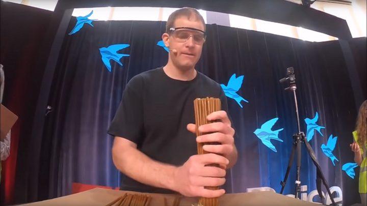 مشهد لا يصدق.. رجل يشعل 100 شمعة داخل فمه! (فيديو)
