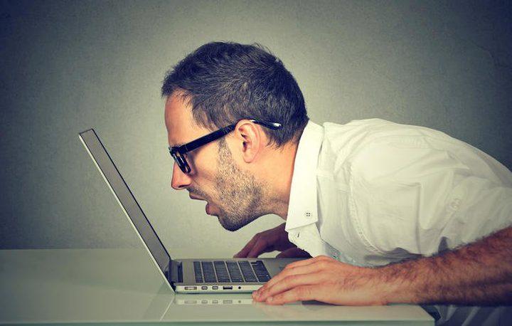 دراسة: التحديق في شاشة الحاسوب يقلل من عدد ومضات العين ويدمرها