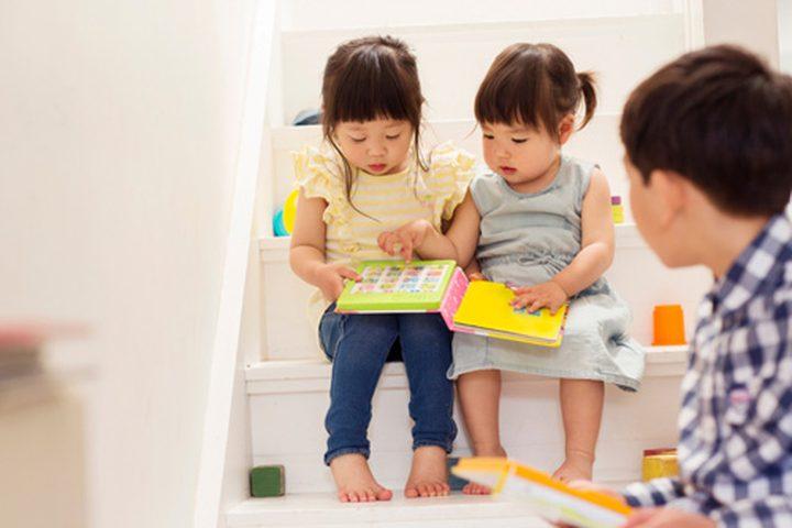 دراسة: الأطفال يتعلمون أفضل من أقرانهم