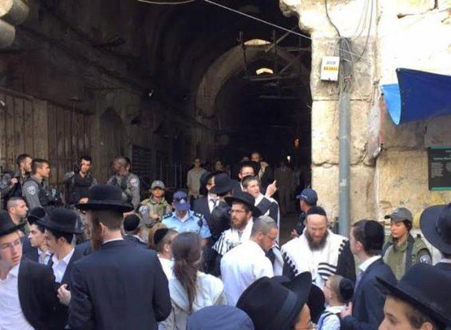 مجموعة من المستوطنين يعتدون على تجار بالقدس القديمة