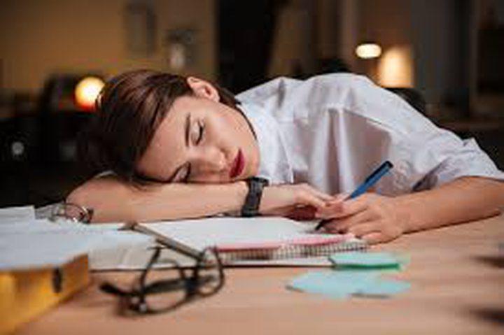 ما سبب الشعور بالتعب المستمر بالرغم من النوم لساعات طويلة؟