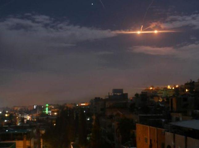"""الدفاعات الجوية السورية تتصدى لـ""""أجسام مضيئة"""" وتسقط عددا منها"""