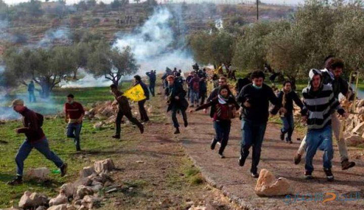 اصابات بالاختناق عقب قمع الاحتلال مسيرة نعلين الاسبوعية