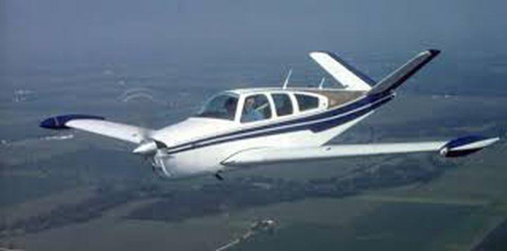 طائرة صغيرة تزاحم السيارات على طريق سريع في فلوريدا
