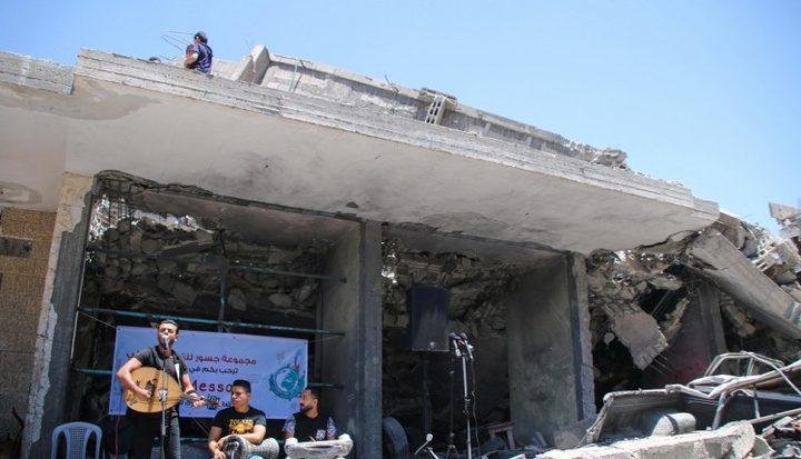 فنانون من غزة يقيمون حفلاً على أنقاض أحد البيوت المدمرة