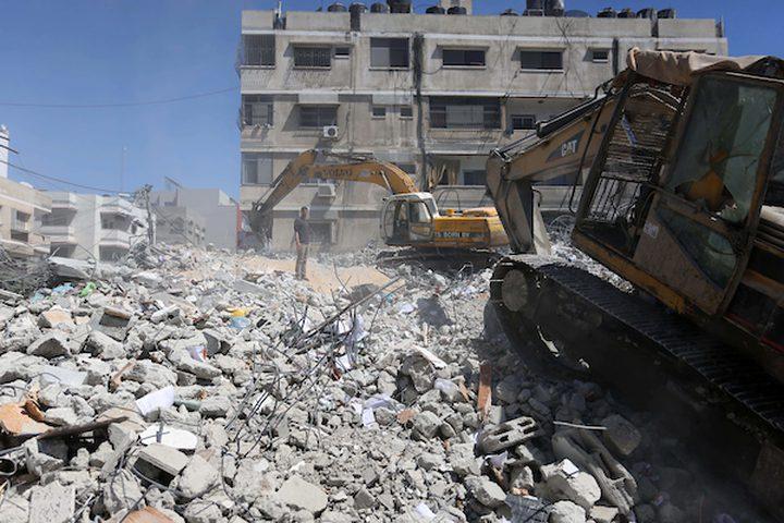 عمال يقومون بازالة ركام المنازل التي دمرها الاحتلال في غزة في عدوانه الاخير قبل رمضان بأيام قليلة والتي خلفت دمار للكثير من المشآت بالاضافة للشهداء والجرحى