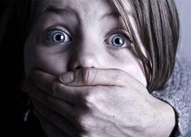 شاهد امرأة تحاول خطف طفل بكل اعصاب باردة