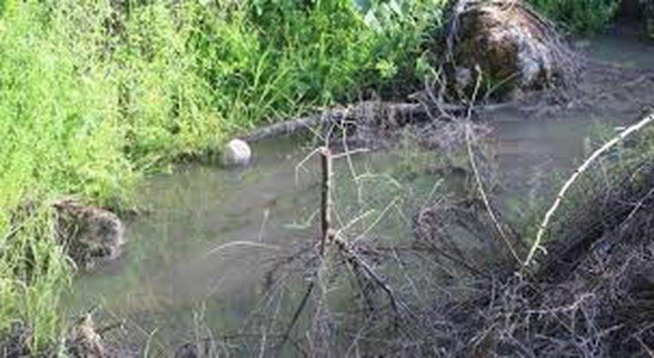 مستوطنون يضخون مياها عادمة إلى أراض جنوب نابلس