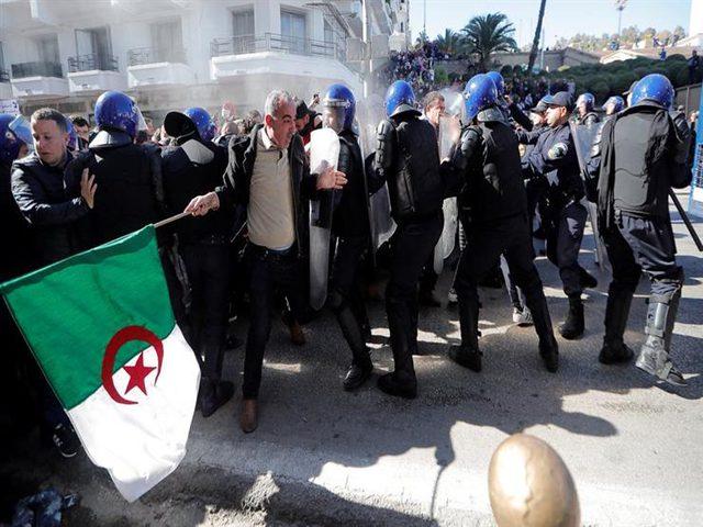 الشرطة الجزائرية تستخدم الغاز لمنع اعتصام الطلبة أمام مقر الحكومة