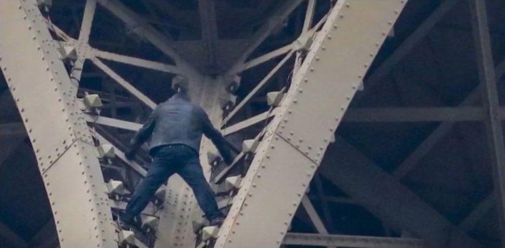 الشرطة توقف رجلا تسلق برج إيفل في باريس