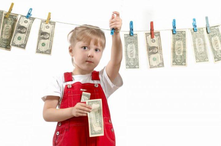 هل يصح تحفيز أطفالك بالمال لأداء مهامهم المنزلية؟