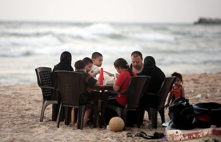 الافطار على شاطئ البحر متعة الغزيين في رمضان