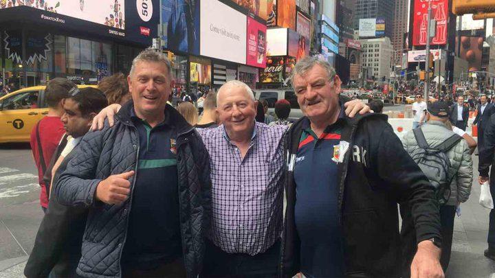 """صورة لثلاثة رجال إيرلنديين تجتاح """"تويتر"""" خلال ساعة.. ما قصتها!"""