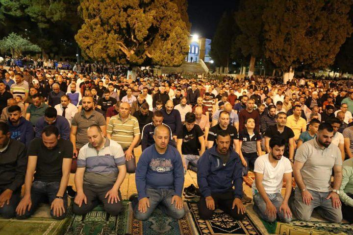 """عشرات الآلاف يؤدون صلاة """"التراويح"""" في رحاب الأقصى"""