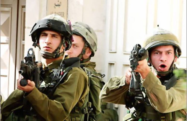 قوات الاحتلال تداهم بلدة يطا وتستدعي مواطنًا