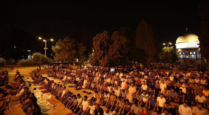الآلاف يؤدون صلاتي العشاء والتراويح والمئات يعتكفون في الأقصى