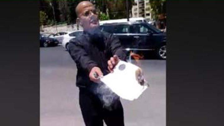 أردني يحرق شهادته تعبيرًا عن غضبه بعد رفض جامعته تعيينه!