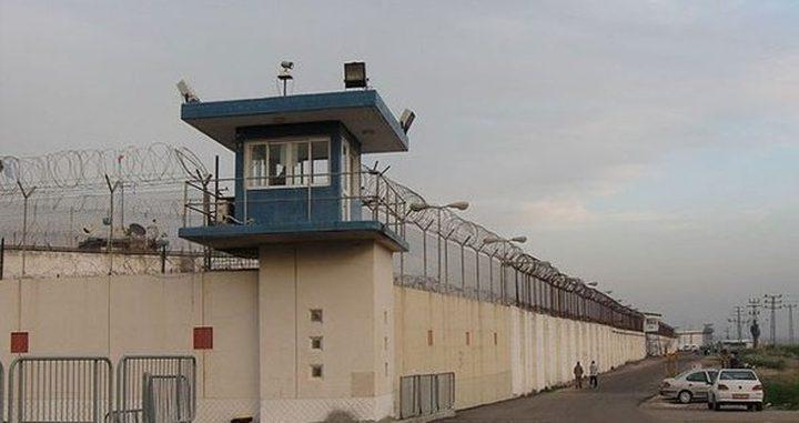 الأسرى يغلقون سجن عسقلان بالكامل احتجاجا على نقل الأسير أبو حميد