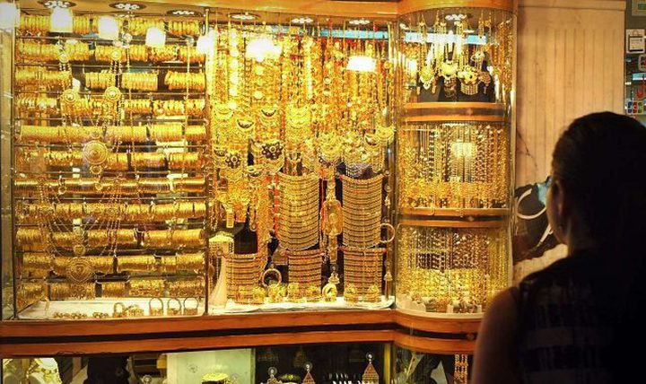 الذهب يهبط مع انتعاش الدولار من أدنى مستوياته
