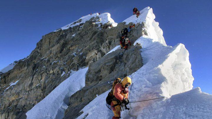 وفاة متسلق أمريكي على جبل إفرست