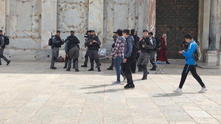 قوات الاحتلال تحاصر المصلين في الأقصى