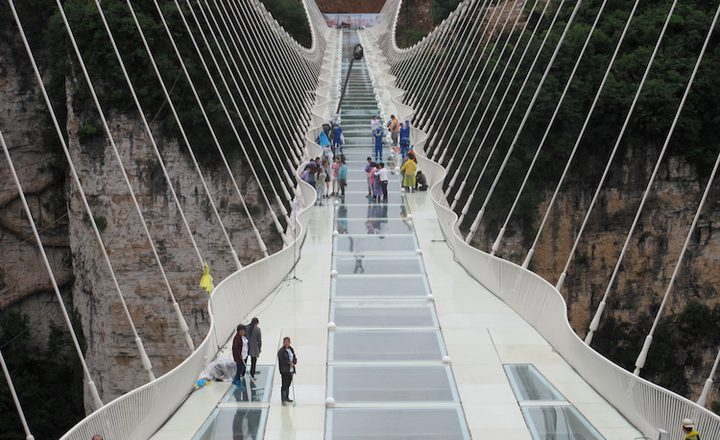 أطول جسر زجاجي في العالم يجذب السياح رغم خوفهم