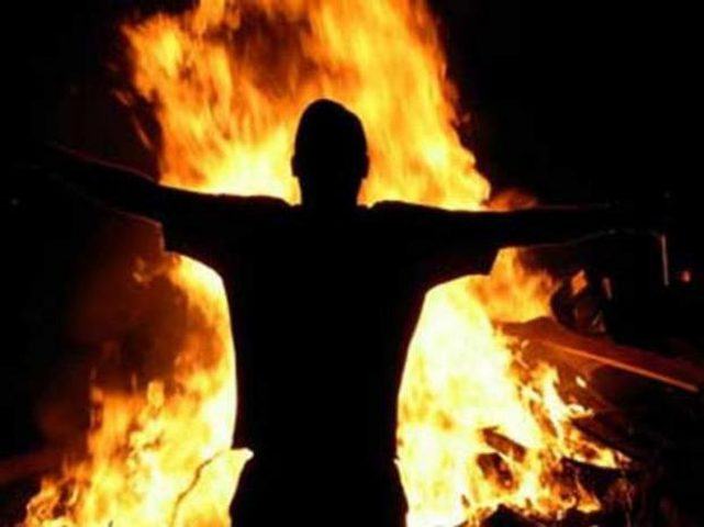 مواطن يحرق نفسه بالخليل