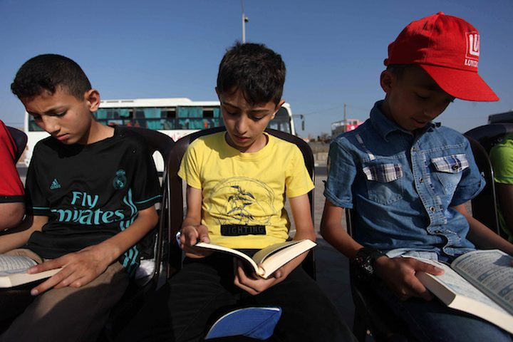 عدد كبير من الأطفال الفلسطينيين يقرأون آيات من القرآن الكريم ، خلال سلسلة من القرآن تم تنظيمها على شاطئ مدينة غزة ، في 29 مايو 2019. يشارك حوالي 1050 من طلاب القرآن في هذا الحدث خلال شهر رمضان المبارك.