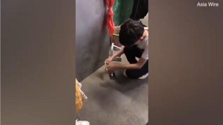 مدرسة تجبر تلميذًا صينيًا على تحطيم هاتفه بيده