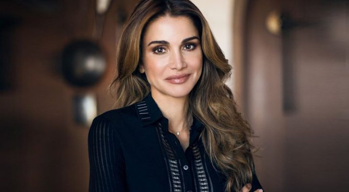 """ملكة الأردن تقدم """"ورق عنب"""" أعدته بنفسها لمجموعة شباب خلال محاضرة"""
