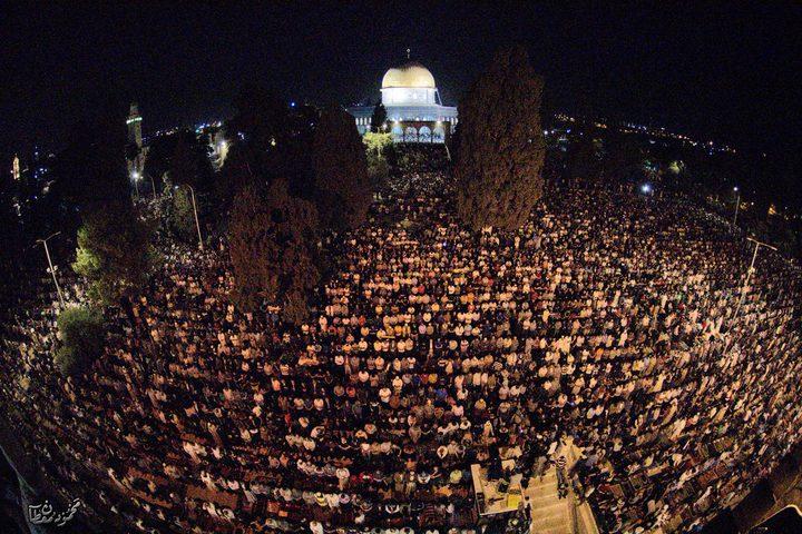 مئات آلاف المصلين يحيون ليلة القدر في ساحات المسجد الأقصى