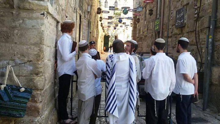 مستوطنون يؤدون طقوسا دينية أمام أحد أبواب المسجد الأقصى