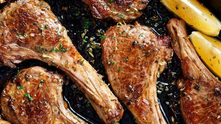 شرائح لحم الغنم المشوية في الفرن