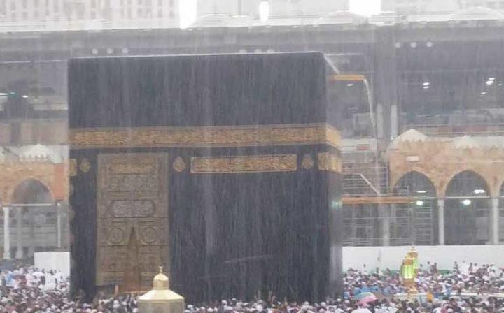 في الجمعة اليتيمة من رمضان: أمطار غزيرة على الكعبة الشريفة