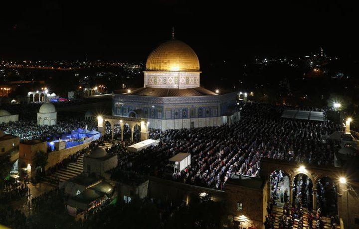 عشرات الآلاف يؤدون صلاتي العشاء والتراويح في المسجد الأقصى
