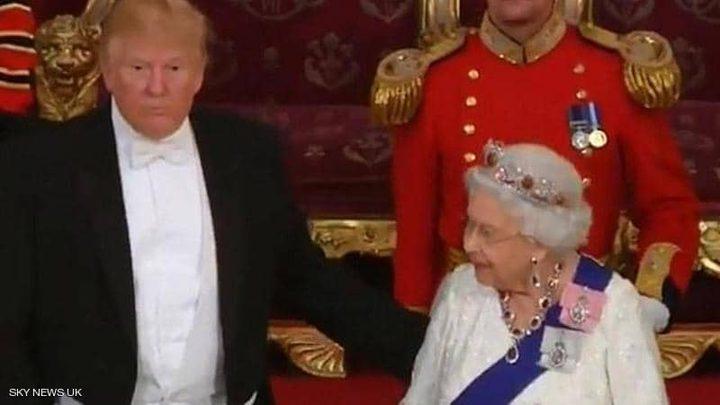 """أمام ملكة بريطانيا.. ترامب يخرق البروتوكول بـ""""حركة الكتف"""""""