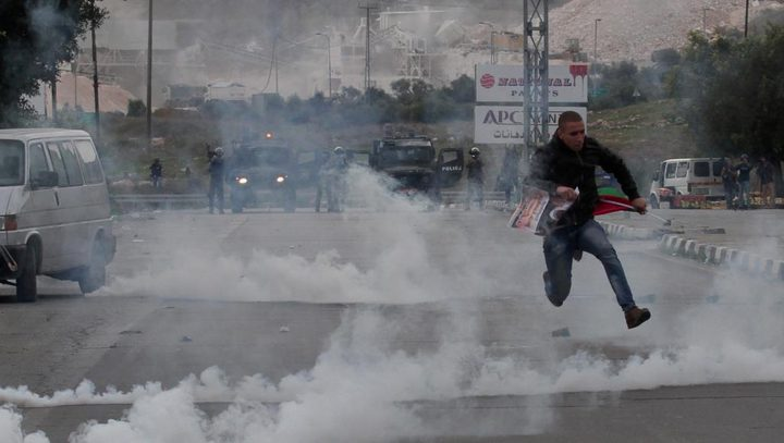 الاحتلال يعتقل طالبا جامعيا ويصيب العشرات بالاختناق شمال الخليل